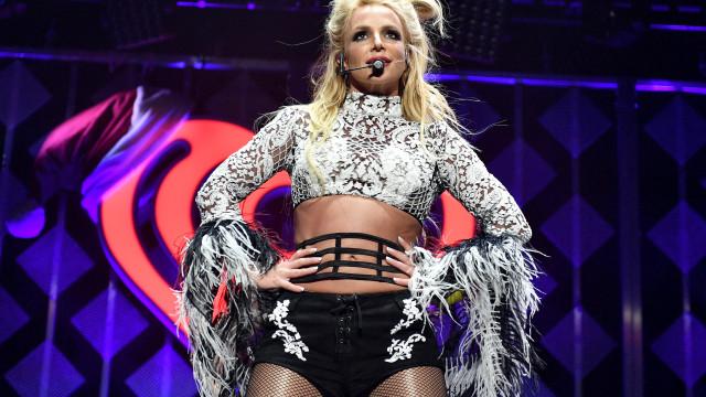 Britney dispensa passerelles e faz a sua semana da moda... em casa