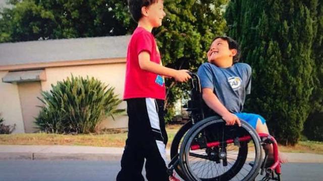 Menino de oito anos cria fundo para comprar cadeira de rodas para o amigo