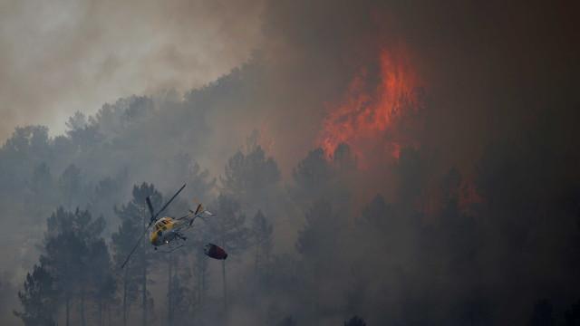 Sete meios aéreos e mais de 100 operacionais combatem fogo em Chaves