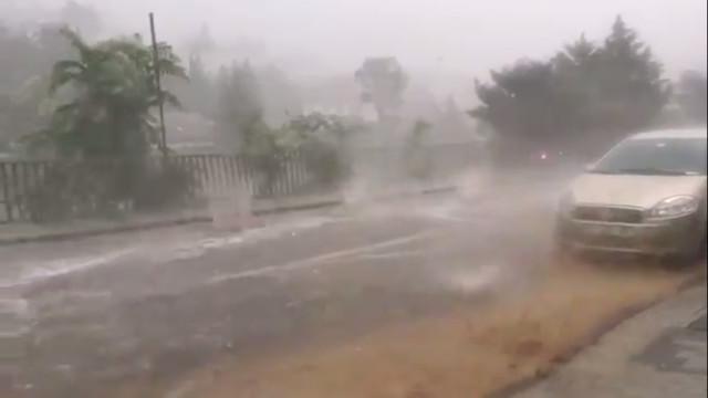 Tempestade violenta em pleno verão provocou o caos em Istambul