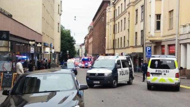 Carro abalroa multidão em Helsínquia. Há um morto