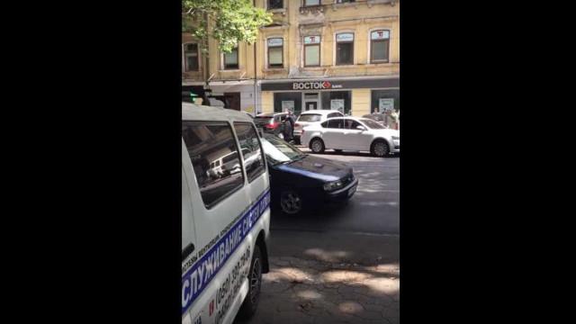 Vídeo mostra ladrões armados a assaltar homem em frente a banco