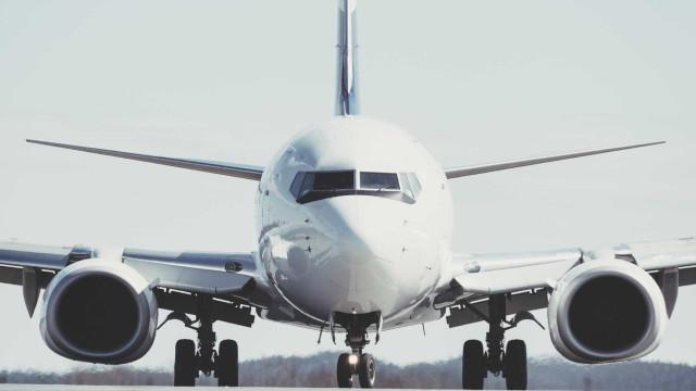 Motor de avião incendeia-se e assusta passageiros. Portugueses a bordo
