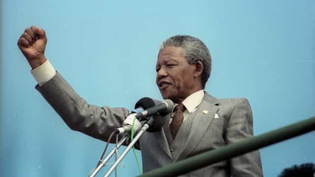 Polémica na África do Sul após obra com Mandela a fazer saudação nazi