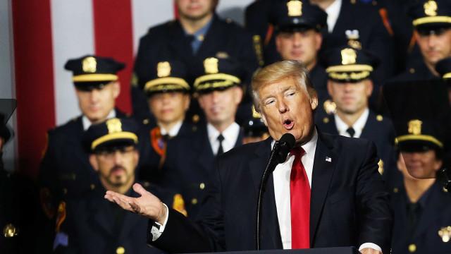 """Trump disse à polícia que não precisa de ser """"too nice"""" com suspeitos"""