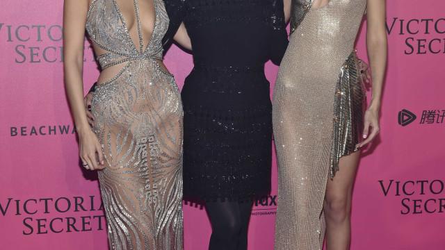 Em lingerie, mãe de Bella e Gigi Hadid exibe silhueta exemplar ao 53 anos