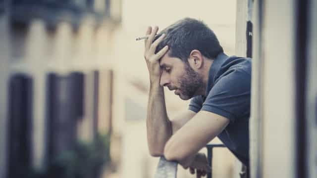 Fumar pode aumentar o risco de ansiedade e paranoia, diz estudo