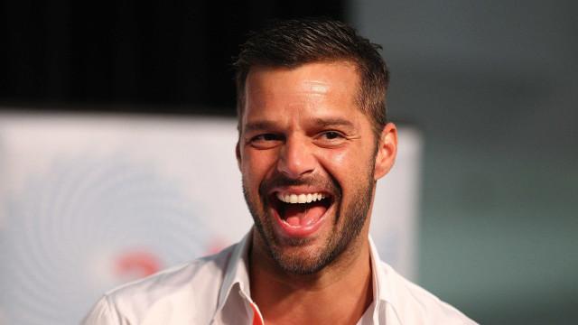 Ricky Martin marca presença no casamento real ao lado do marido