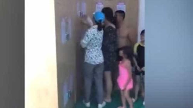 Pais guardam bebé no cacifo de balneário enquanto tomam banho