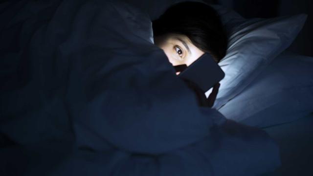 Smartphone na cama sem afetar o sono? Investigadores dizem-lhe como