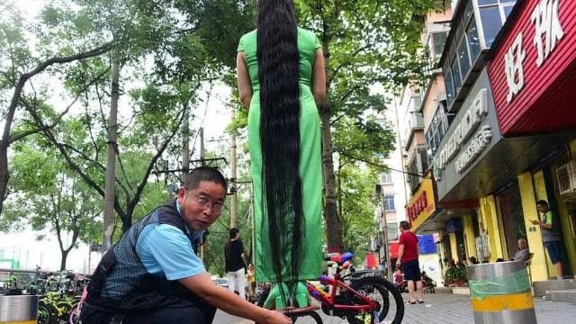 O cabelo desta mulher mede quase dois metros de comprimento