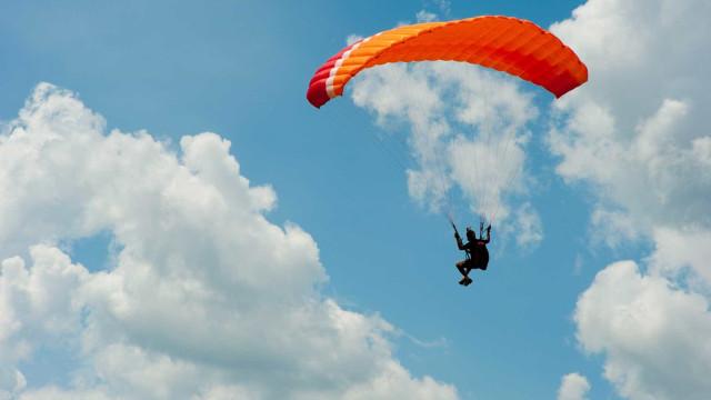 Dois praticantes de parapente morrem após colisão em pleno ar