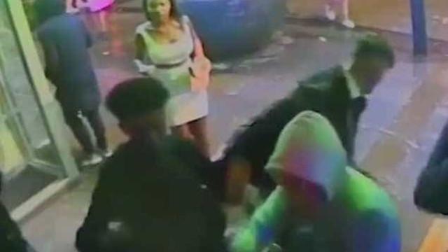 Mulher corajosa trava gang que agredia adolescente