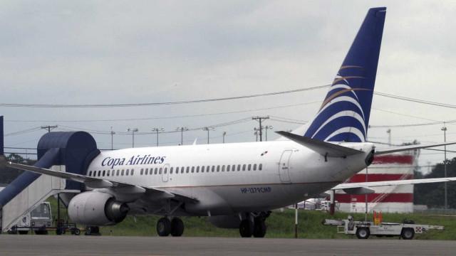 Jovem salta de avião da Copa Airlines pela porta de emergência e é detido