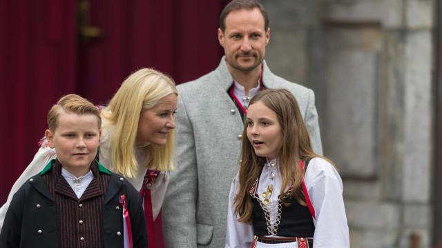 Filho do príncipe herdeiro da Noruega sofre acidente de bicicleta