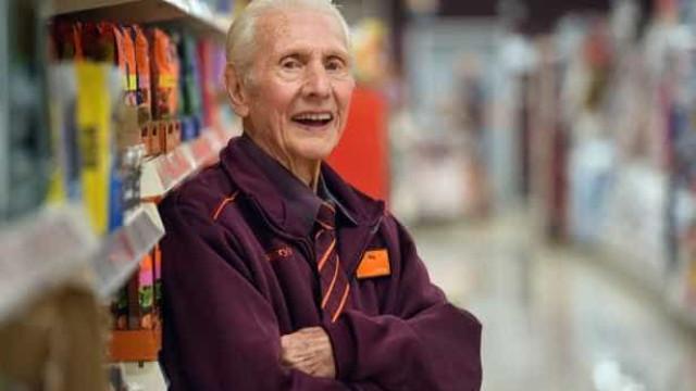Aos 95 anos, funcionário mais antigo de supermercado vai reformar-se
