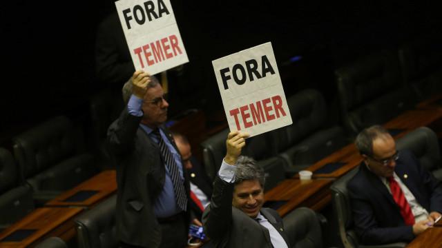 Deputados começam a votar denúncia de corrupção contra Temer