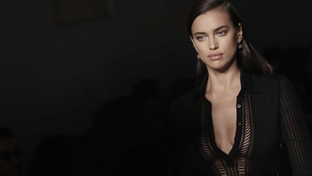 Nua, Irina Shayk exibe corpo em fotografia sensual
