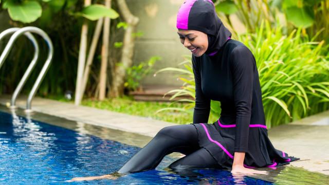 Mergulhou em piscina com burkini e agora querem que pague a desinfeção