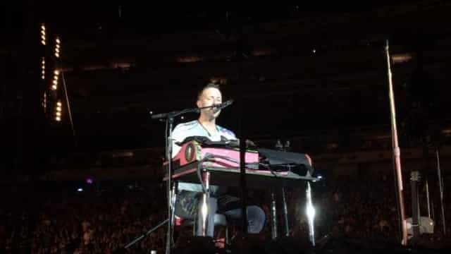 Em homenagem a Chester, Coldplay cantam tema dos Linkin Park em concerto