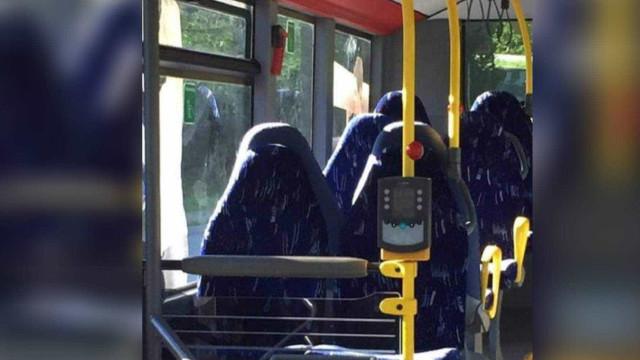 A polémica dos bancos de autocarro confundidos com mulheres de burqa