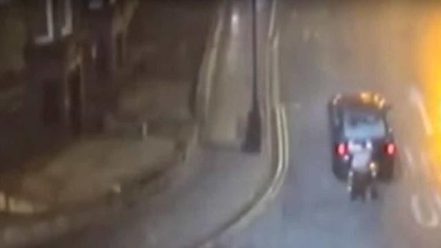 Condutor puxou homem em cadeira de jovem. Ambos foram multados