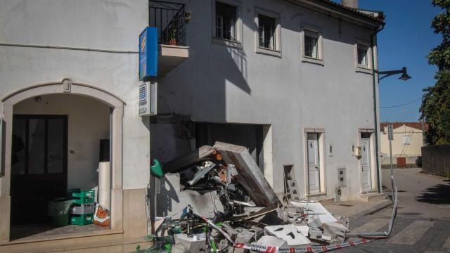 Dois homens detidos por fazerem explodir multibancos