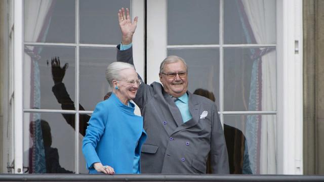 """Príncipe Henrik da Dinamarca """"não quer ser enterrado ao lado da rainha"""""""