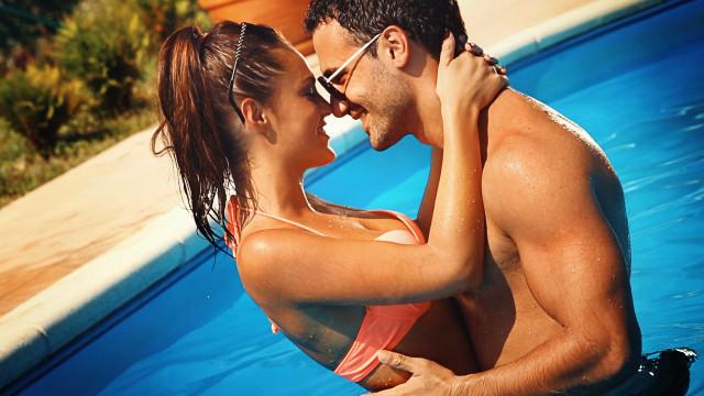 Sexo na piscina parece idílico mas não é ideal. Os riscos são sérios