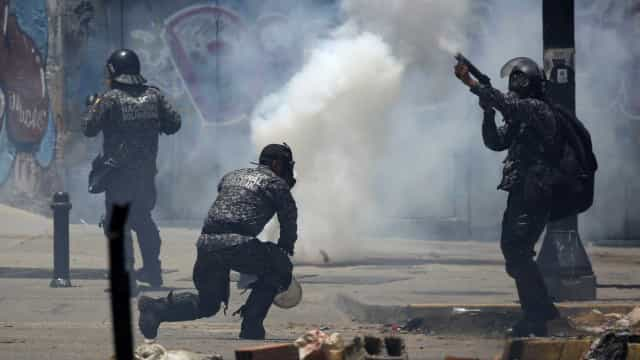 Polícia dispersa manifestantes em Caracas com gás lacrimogéneo