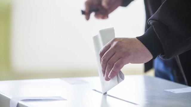 Cartaz de candidato impede abertura de urnas na Maia