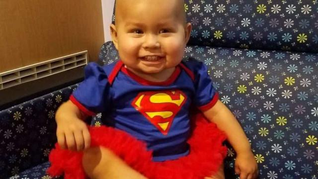 Bebé veste-se de super-heroína na sua última sessão de quimioterapia
