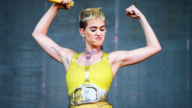 Katy Perry ostenta vestido com 30 mil cristais em concerto