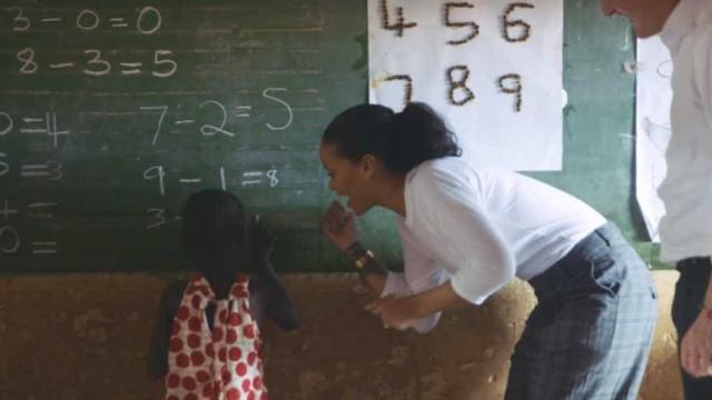 Malawi: Rihanna dá bicicletas a raparigas para irem à escola