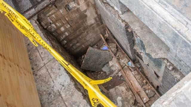 Chão colapsa e provoca queda de mulher que fica gravemente ferida