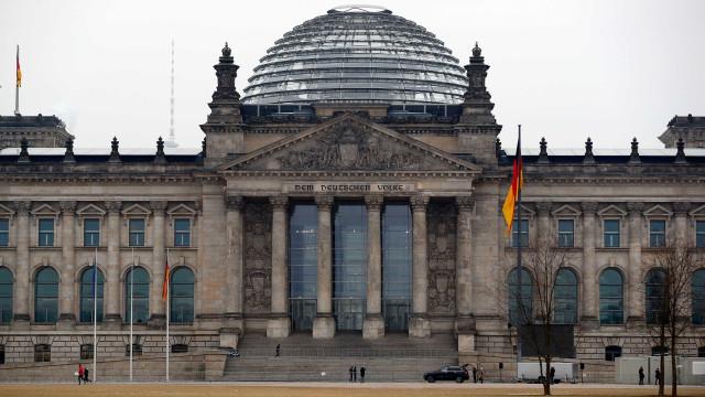 Saudação nazi em Berlim vale detenção a dois turistas chineses