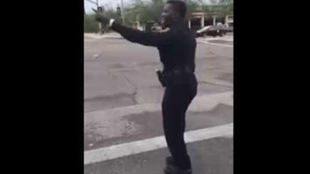 Polícia controla o trânsito ao ritmo da dança