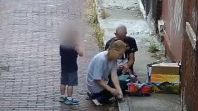 Mãe injeta heroína em frente ao filho de quatro anos