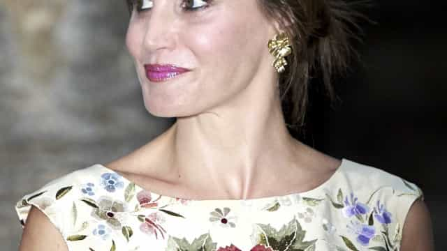 Elegante, rainha Letizia aposta em padrão floral durante evento