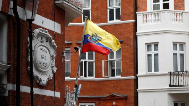 Equador corta salários e vende edifícios e avião para combater crise