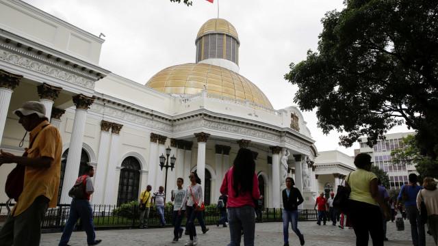 Parlamento: Militares forçam portas para membros da Constituinte entrarem