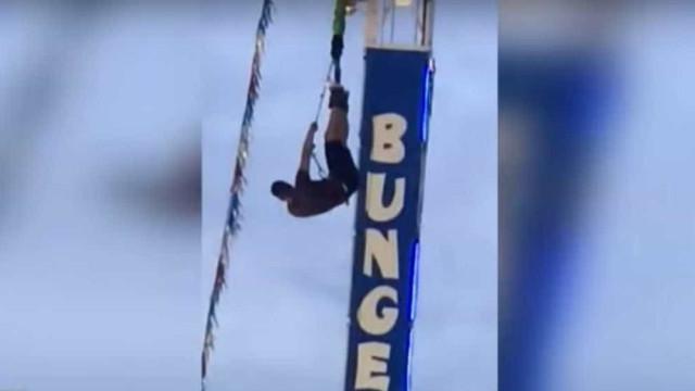 Avaria em bungee jumping deixa jovem meia hora de 'pernas para o ar'