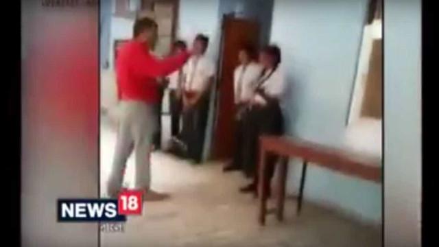 Professor agride violentamente alunos com uma cana. Colega denunciou-o