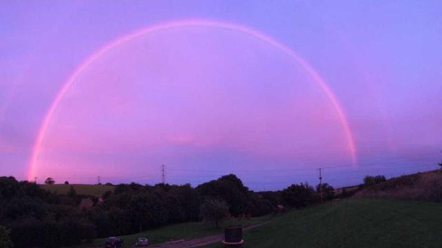 Arco-íris cor-de-rosa surpreendeu sudoeste de Inglaterra