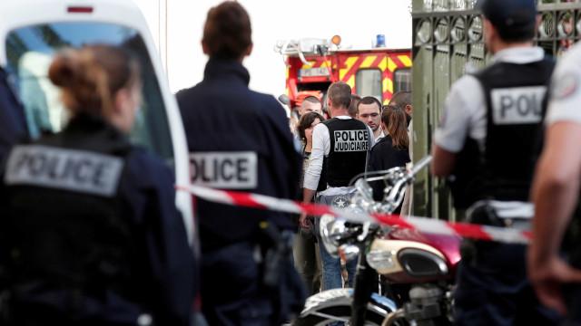 Seis militares atropelados em Paris. Suspeito está em fuga