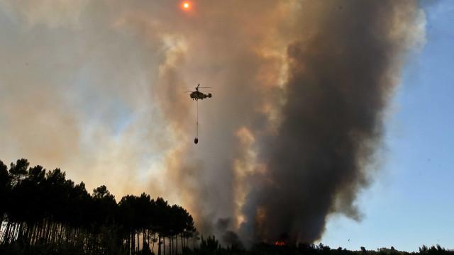 São já seis os meios aéreos a combater fogo na Guarda