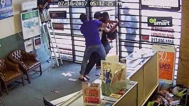 Proprietários de loja lutam contra assaltantes armados