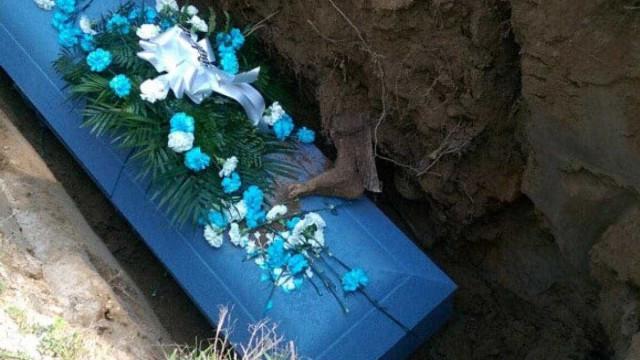 Familiares horrorizados com pé misterioso durante enterro de ente querido