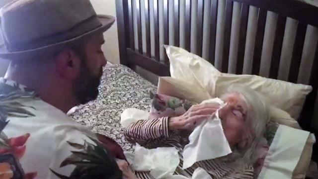 Avó de 98 anos em lágrimas com prenda de aniversário do neto