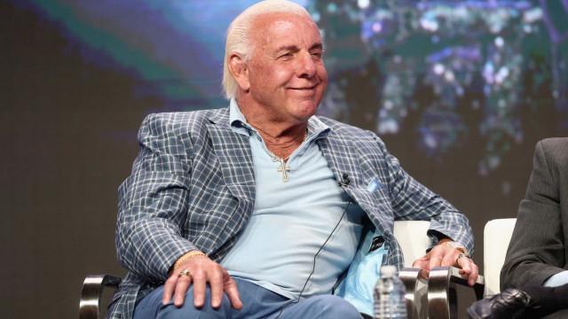 No hospital, Ric Flair em coma induzido